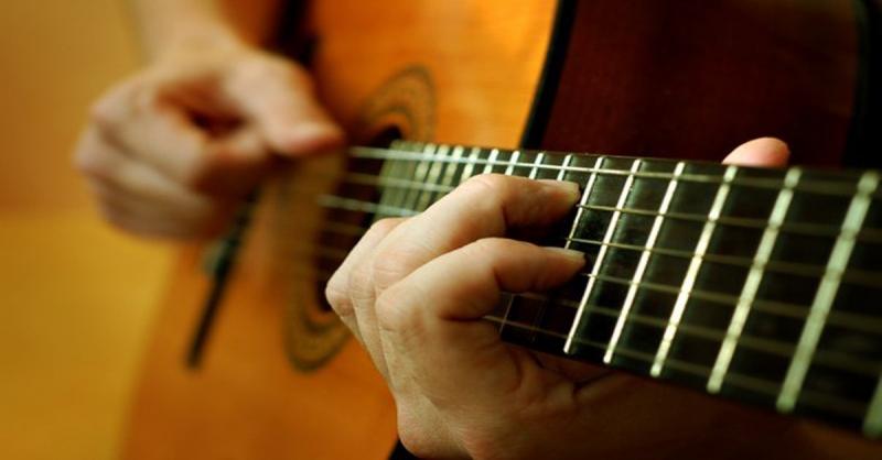 расставаться: как играть на гитаре песню черное белое таких