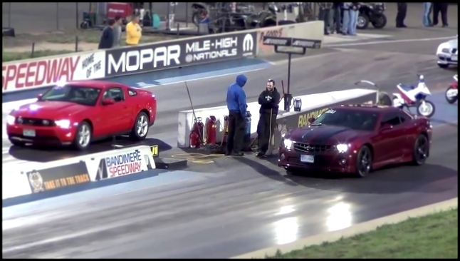Драг Рейсинг 2011 Ford Mustang GT vs Chevrolet Camaro SS Drag Race